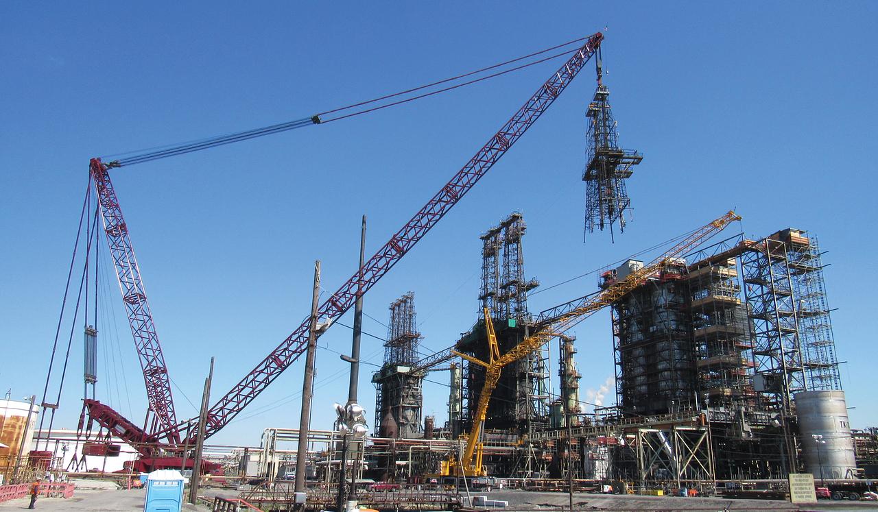 Heavy Lift Crane Removing Derrick Structure