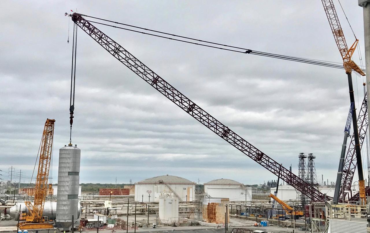 Heavy Lift Crane Setting Coke Drum